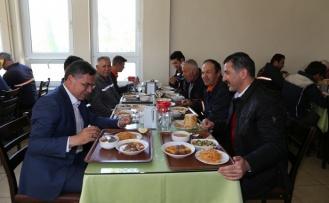 Toksöz, maden işçileriyle öğle yemeği yedi