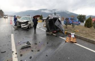 Otomobil ile hafif ticari araç çarpıştı: 1'i bebek 4 yaralı