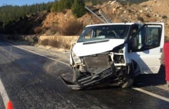Gizli buzlanmaya kapılan kamyonet duvara çarptı: 3 yaralı