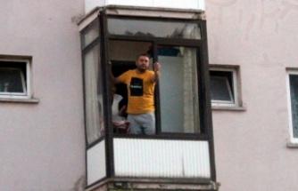 """""""Dur"""" ihtarına uymadı, balkondan polislere: """"Hadi gelin de ceza yazın"""" dedi, 5 bin lira ceza yedi!"""