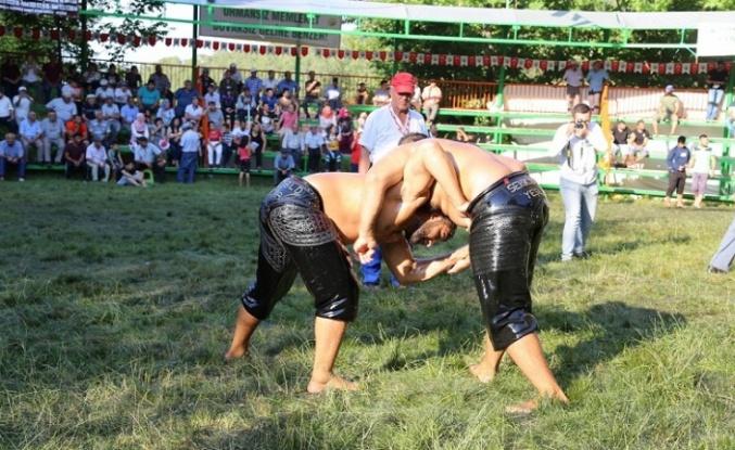 320 güreşçi rakibinin sırtını yere getirebilmek için güreşecek