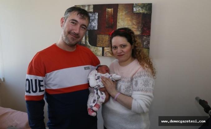 15 yılda 7'nci tüp bebek denemesiyle gelen 'Melek', güvercin ve balonlarla karşılandı