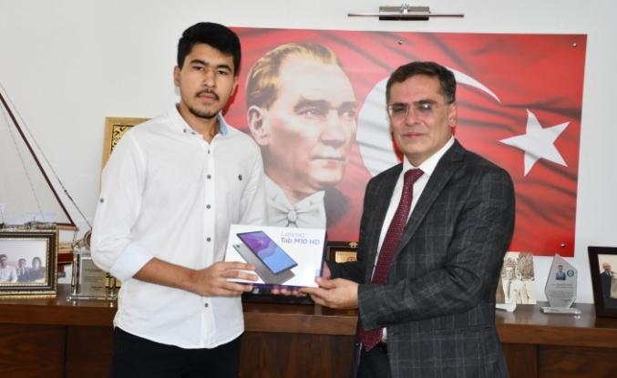 Başkan Toksöz'den başarılı öğrenciye tablet