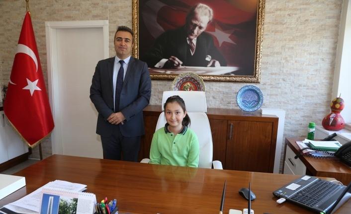 Kaymakam ve belediye başkanı, makamlarını çocuklara devretti