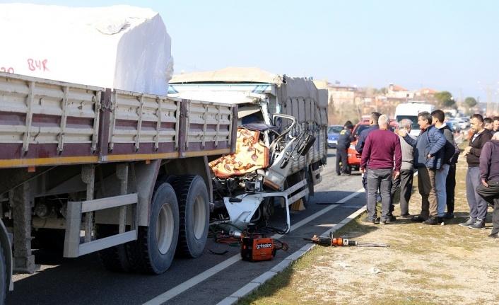 Meyve yüklü kamyonet, mermer yüklü kamyona çarptı: 1 ölü