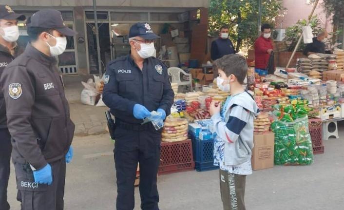 """""""Polis amcalar ve ablalar"""" maske dağıttı"""