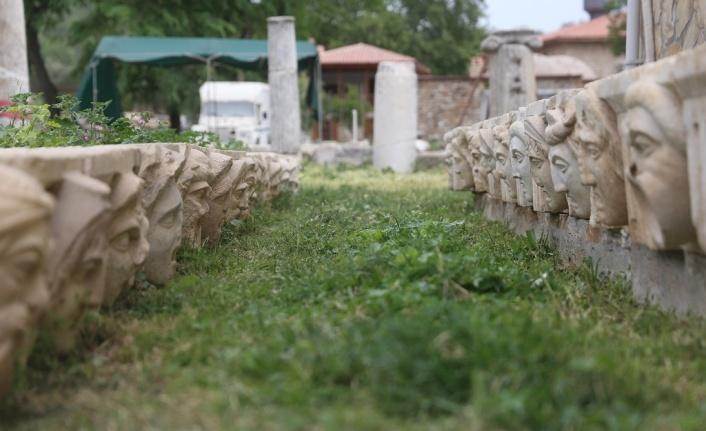 Stratonikeia'da 62 mask gün yüzüne çıkartıldı
